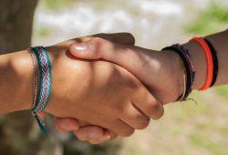 Pourquoi se serre-t-on la main pour se saluer ?