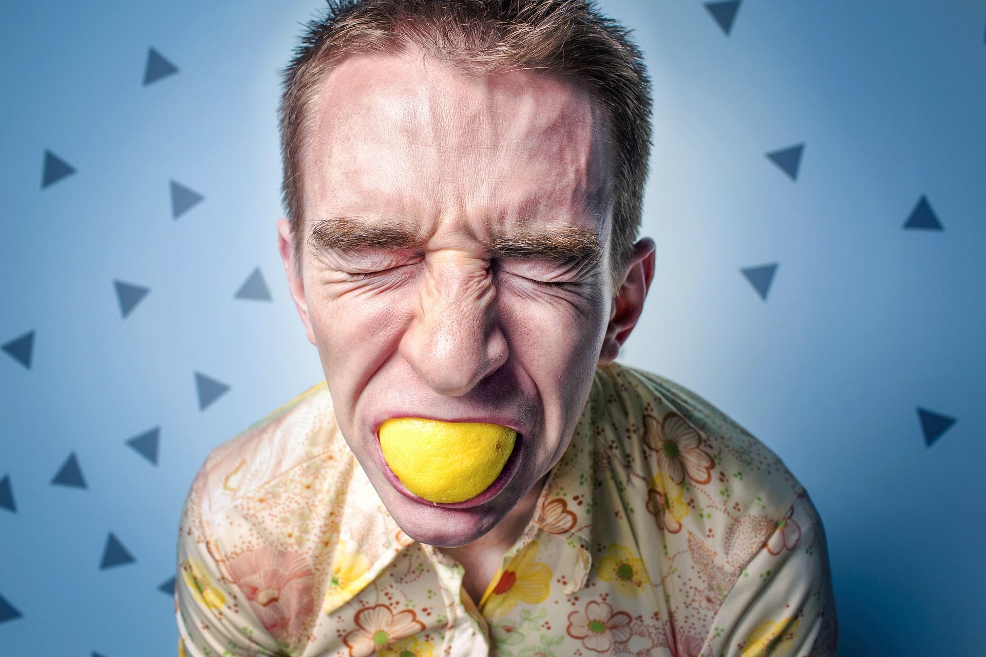 Le citron blanchit les dents idée insolite fausse